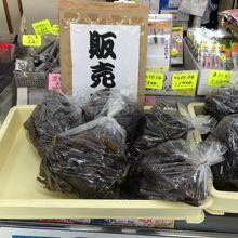 お土産に獲れたてワカメを、500円。茎と葉の部分の二種類あり