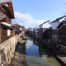 お堀にやかた船が浮かんでいて、堀端に風情豊かな家並みが続きます。