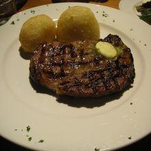 タスマニアビーフを手軽に味わうことができるステーキレストラン。