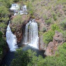 大自然の滝つぼで遊べる