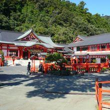 無数の鳥居をくぐってたどり着く立派な神社