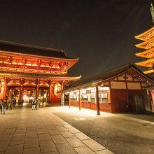 夜の浅草寺はライトアップが綺麗