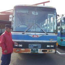 じいちゃんと古いバス