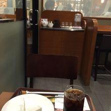 池袋駅東口にあるチェーン店のカフェです。 すぐ近くの京王プレッソインの1階にもカフェドクリエがあり、さらに近くにももう1店舗あります。こんなに近接した場所に3  ...