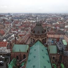 奥に広がる大聖堂の屋根