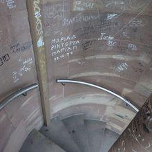 下り階段には落書きが