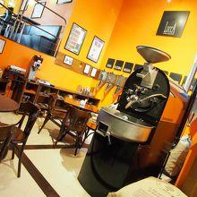 外観は古ぼけたバール.....でも中に入ると超プロフェッショナルなコーヒーショップ〜!