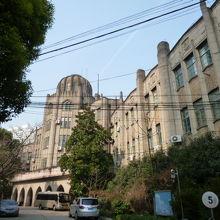 海員病院など戦前から残る建築もあります。