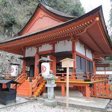 朱塗りの社殿が美しい