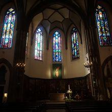 祭壇方面のステンドグラス