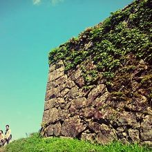 東門から見た、太鼓櫓の城壁。