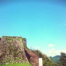 南門から見た人質櫓の城壁。