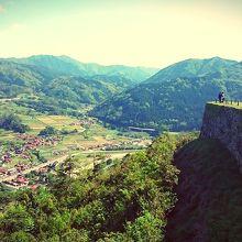 三十間台からの眺め。遠くの山々と田園が広がります。