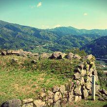 南門櫓の城壁。ここから鷲原八幡宮まで登山道が続いています。