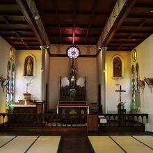 教会内部。珍しい畳張りの教会です。