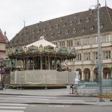 グーテンベルグの銅像とメリーゴーランドがある広場