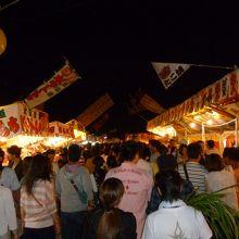 参道脇広場には食品の出店が・・・