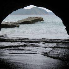 洞内から海を見る