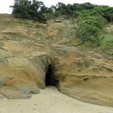洞窟の裏手の穴。干潮でなくても、ここから入れる。