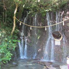 天成園の庭園にある玉簾の滝