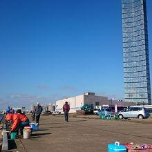釣り人とタワー