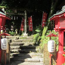 入口は天成園の庭園にあります
