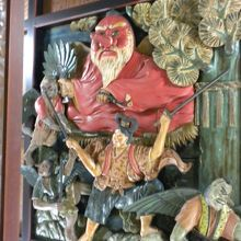 天井に掲げられた牛若丸と天狗の彫り物