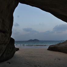 岩屋から海