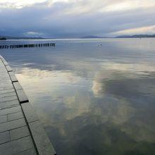 湖に映る空がきれいです