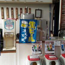 店内には飲食コーナーあり 生ビール300円