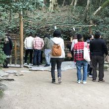 八重垣神社、奥の院へと向かう人の群れ。