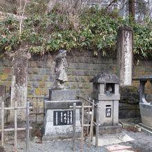 ちょうど鶴ヶ城の方を見ている白虎隊士の像