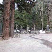 山頂手前の広場にある白虎隊のお墓や石碑