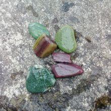 水際にはこんな綺麗な石が・・・