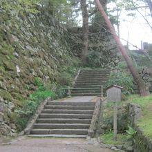 石垣や堀の一部が残っています。