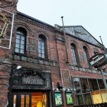 赤レンガが特徴の、歴史的建造物で外観が素敵です。