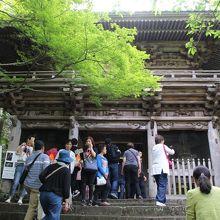 観光客でいっぱいの山門
