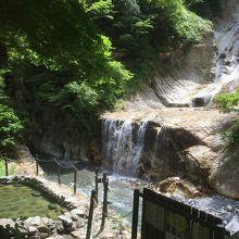 滝の前に温泉と足湯