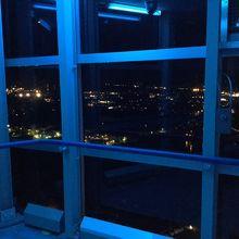 青く照らされた展望台からの夜景。