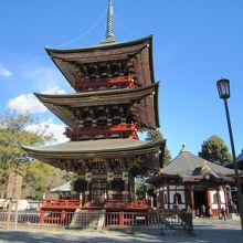 1晴天の日の三重塔