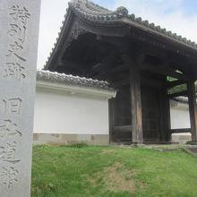 弘道館の正門 柱には西南戦争の時の弾痕が…