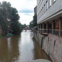 川の景色と典型的な赤レンガ造りの建物