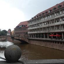 運河と近くのショッピングエリア