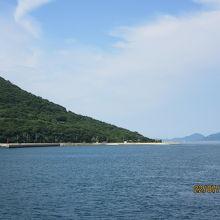 島を離れるフェリーからかすかに見える【歩く方舟】