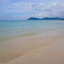 遠浅で波も穏やか、静なビーチ
