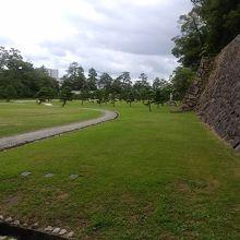 公園を通って城に行きました。