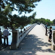 池に架かる橋