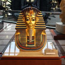 ツタンカーメンの黄金のマスクがお出迎え