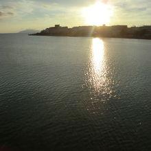 夕日をご覧ください。