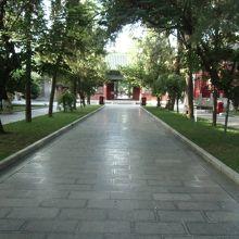 廟の参道を歩いた先が博物館